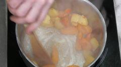 Vidéo - Crumble Pêche Abricot Au Romarin