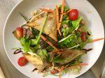 Craquants de chèvre chaud, lard fumé et oignons confits en salade