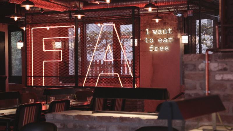 restaurant mokus l 39 ecureuil paris en vid o hotelrestovisio. Black Bedroom Furniture Sets. Home Design Ideas