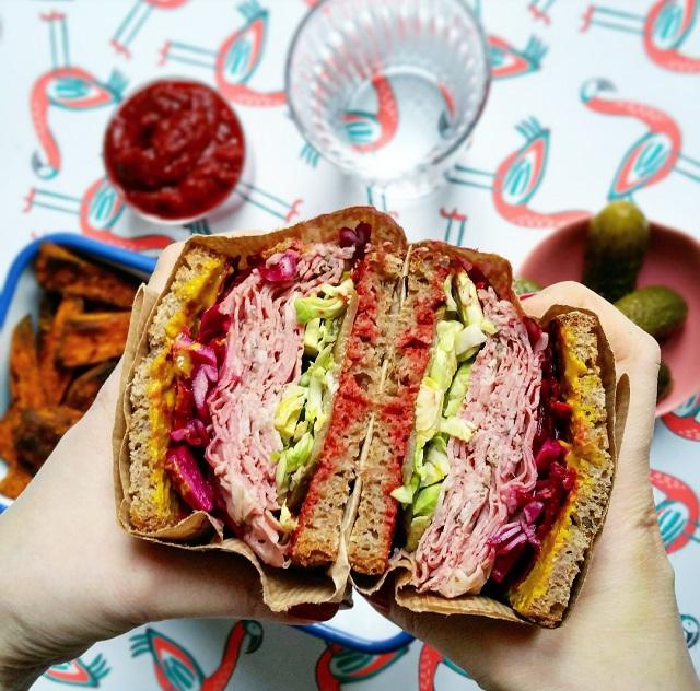 delicatessen-maison-sandwich-pastrami-et-legumes-croquants